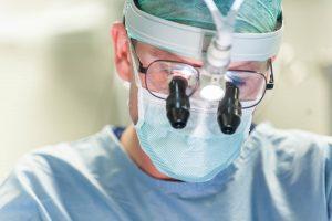 Chirurg Daan Meester tijdens een Bypass operatie.