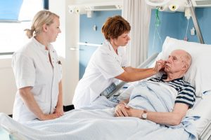 Verpleegkundigen brengen een maagsonde aan