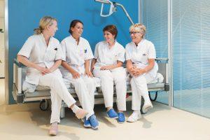 Groepje lachende  verpleegkundigen